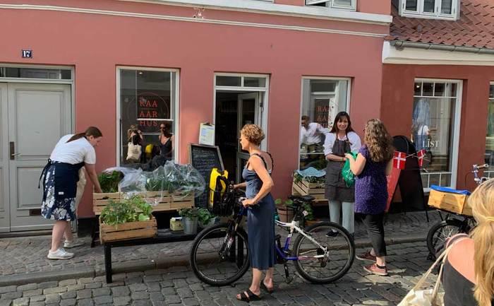 Hyggelig solskinds udlevering i Badstue Gade
